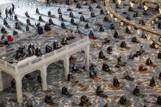 A drone photo shows muslims performing prayer after mass prayers in mosques resumes in Turkey on 29 May 2020 [Şebnem Coşkun/Anadolu Agency]