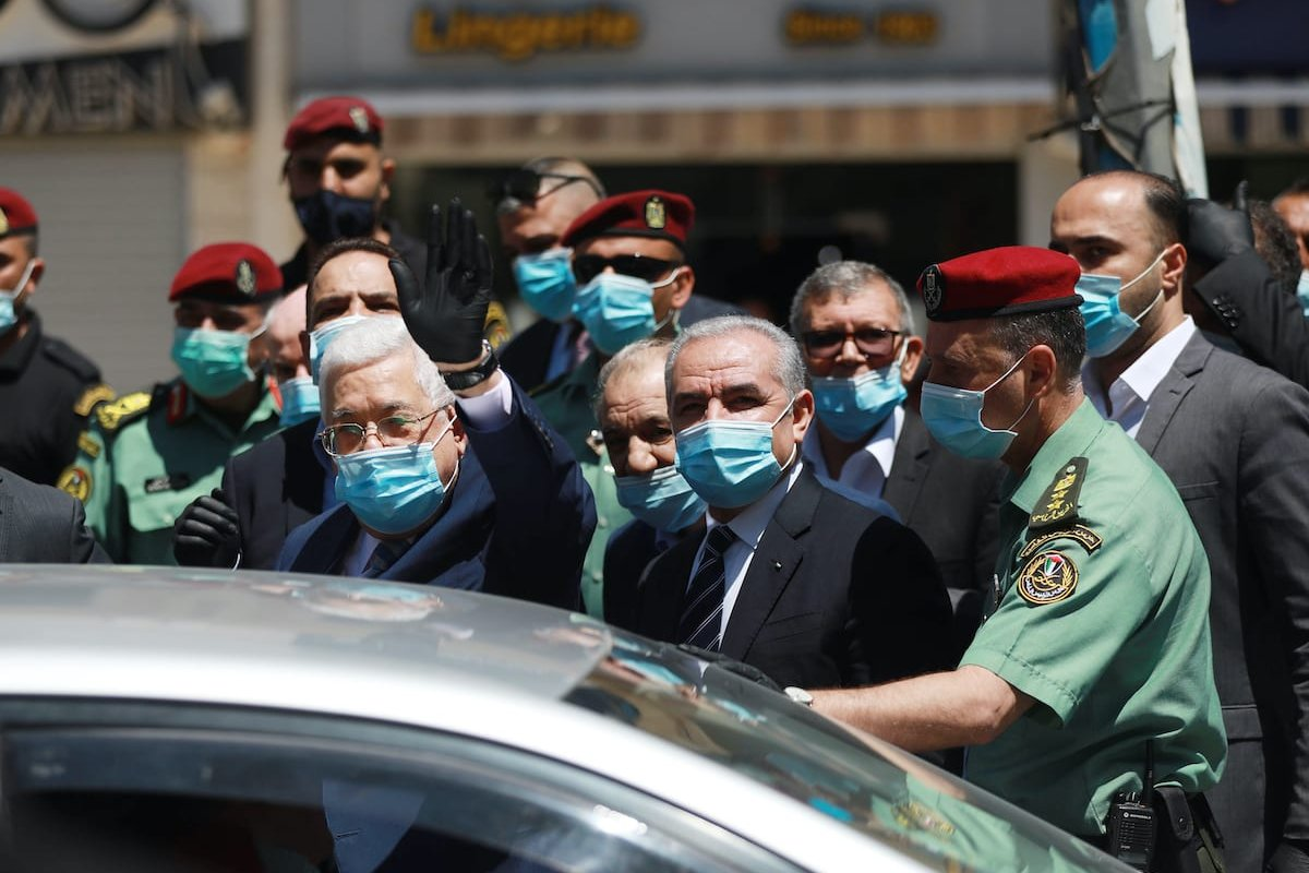 Palestinian President Mahmoud Abbas (L), Palestinian Prime Minister Mohammad Shtayyeh (2nd R) inspect the measures taking against the coronavirus (Covid-19) pandemic in Ramallah, West Bank on 15 June 2020. [Anadolu Agency]
