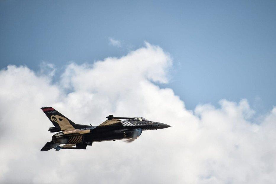 سولو تورك ، فريق الأكروبات التابع لسلاح الجو التركي ، يطير مقاتلاته من طراز F-16 فوق مطار إسطنبول الجديد في 20 سبتمبر 2018 في اسطنبول [أوزان كوس / وكالة فرانس برس عبر غيتي إيمدجز]