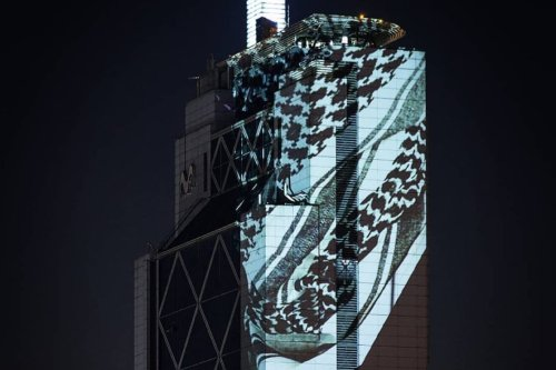 The telephone tower in Chile illuminated with a Palestinian kufiyeh on 2 July(photo by : Delight Lab)
