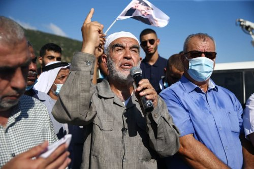 Sheikh Raed Salah, the head of the Islamic Movement in Israel speaks to the crowd as he arrives in a prison in Haifa [Mostafa Alkharouf/Anadolu Agency]