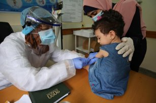 UNRWA medical clinics restart vaccinations programmes for children and newborns after stopping as a result of coronavirus, on 10 September 2020 [Mohammed Asad/Middle East Monitor]