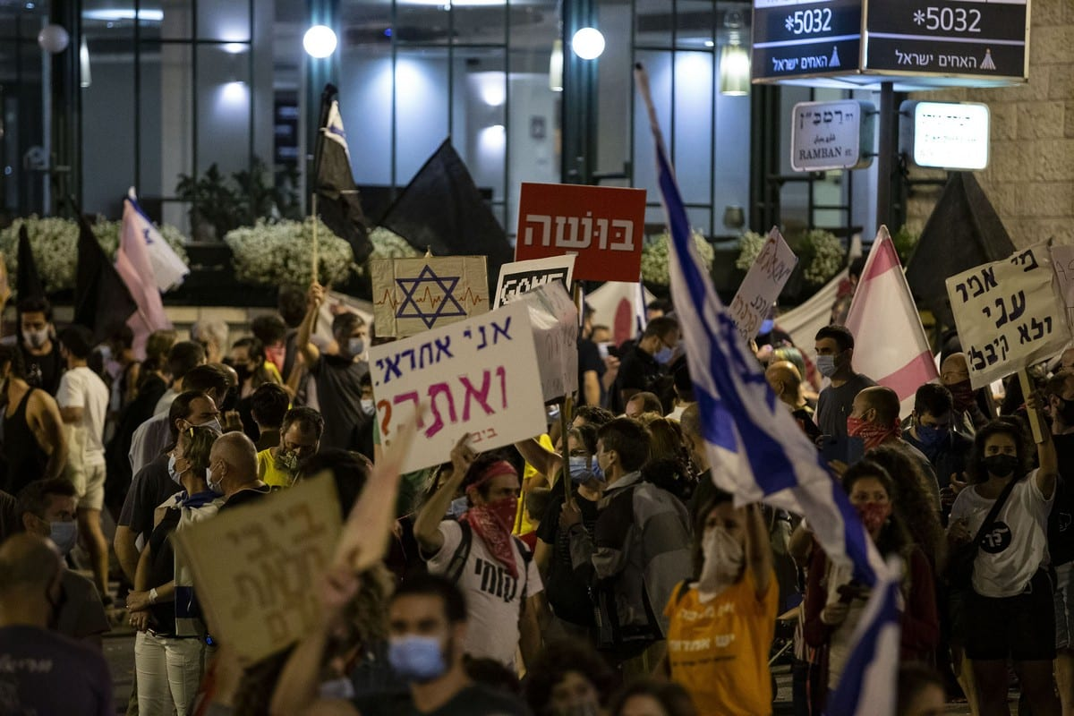 People protest against the Israeli Prime Minister Benjamin Netanyahu, demanding his resignation over corruption cases and his failure to combat the new type of coronavirus (Covid-19) pandemic in West Jerusalem on 27 September 2020. [Mostafa Alkharouf - Anadolu Agency]