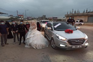 Palestinian groom, Jihad Ahmad, wore his police uniform to his wedding to Ala'a in Gaza on 7 September 2020 [Mohammed Asad/Middle East Monitor]