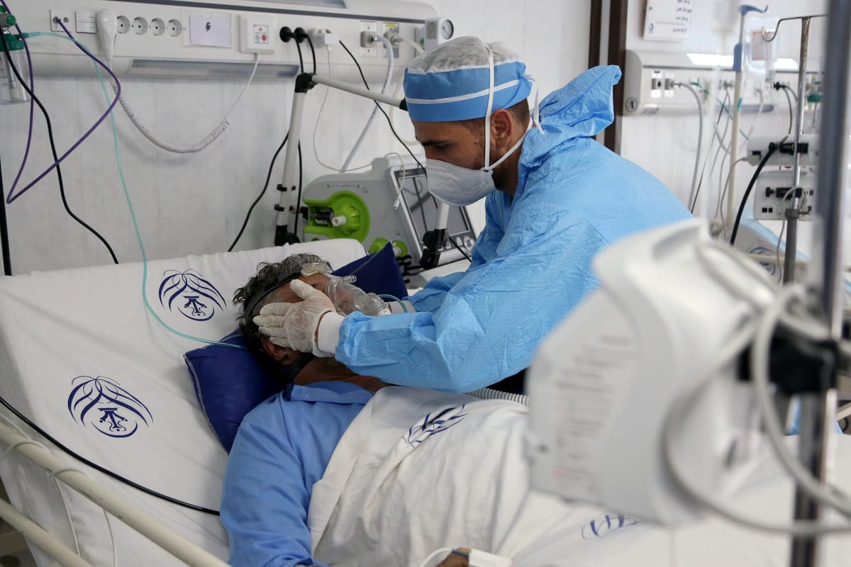 A medical worker, wearing protective gear, checks on a coronavirus (COVID-19) patient in Tehran, Iran on 20 October 2020 [Fatemeh Bahrami/Anadolu Agency]