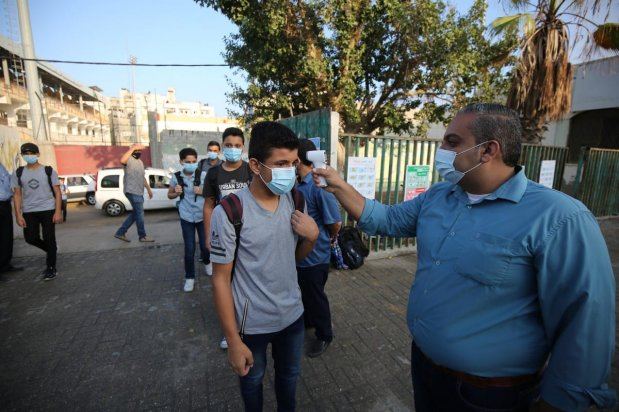 Gaza students can be seen attending school wearing masks during the coronavirus pandemic on 26 October 2020 [Mohammed Asad/Middle East Monitor]