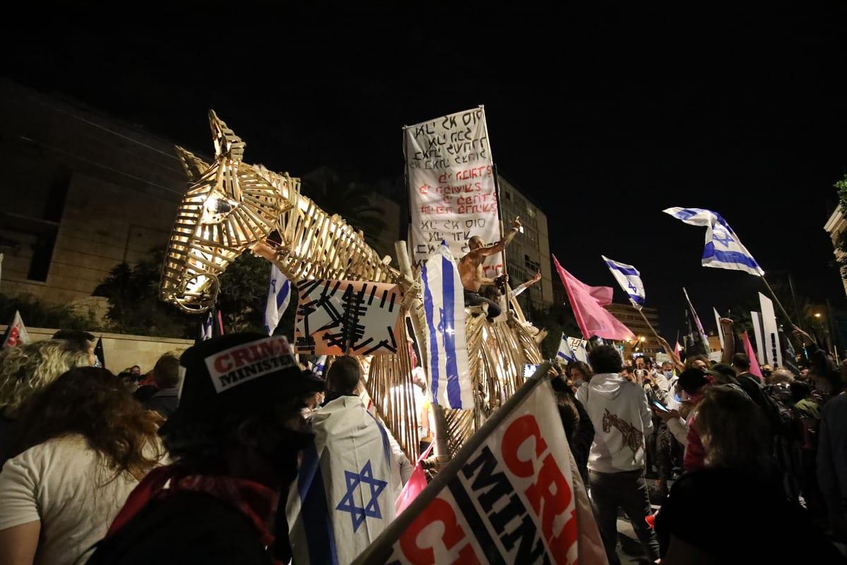Demonstrators gather in front of the Prime Ministry building to protest against Israeli Prime Minister Benjamin Netanyahu in West Jerusalem on November 15, 2020 [Mostafa Alkharouf/Anadolu Agency]