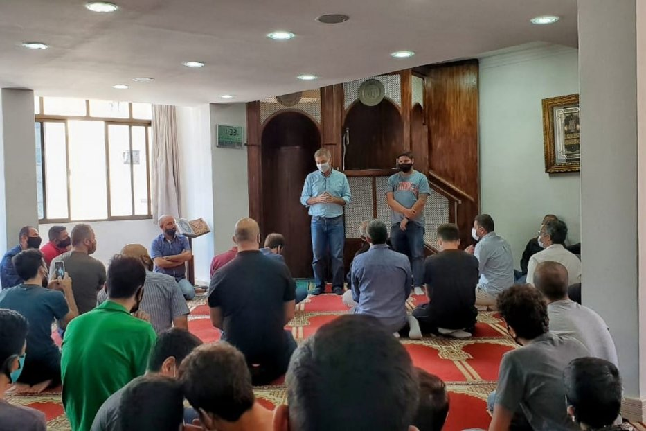 Mayor Gean Loureiro speaks at the Islamic Centre of Florianopolis during the Brazilian elections in November 2020 [Photo by Eman Abusidu]