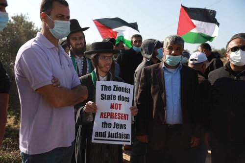 Members of Neturei Karta attend a demonstration against Israel's plan to construct Jewish settlements in Salfit's Er-Ras region , West Bank on 3 December 2020. [Issam Rimawi - Anadolu Agency]