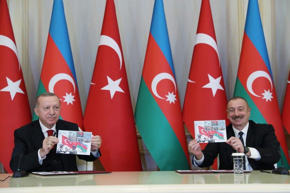 Turkish President Recep Tayyip Erdogan (L) and Azerbaijani President Ilham Aliyev (R) hold a joint press conference after a meeting in Baku, Azerbaijan on December 10, 2020. [TUR Presidency/ Murat Cetinmuhurdar - Anadolu Agency]