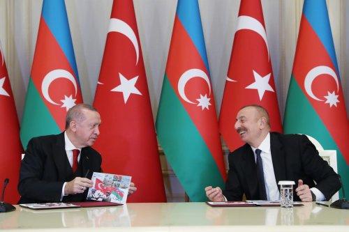 Turkish President Recep Tayyip Erdogan (L) and Azerbaijani President Ilham Aliyev (R) hold a joint press conference in Azerbaijan on 10 December 2020 [TUR Presidency/ Murat Cetinmuhurdar/Anadolu Agency]
