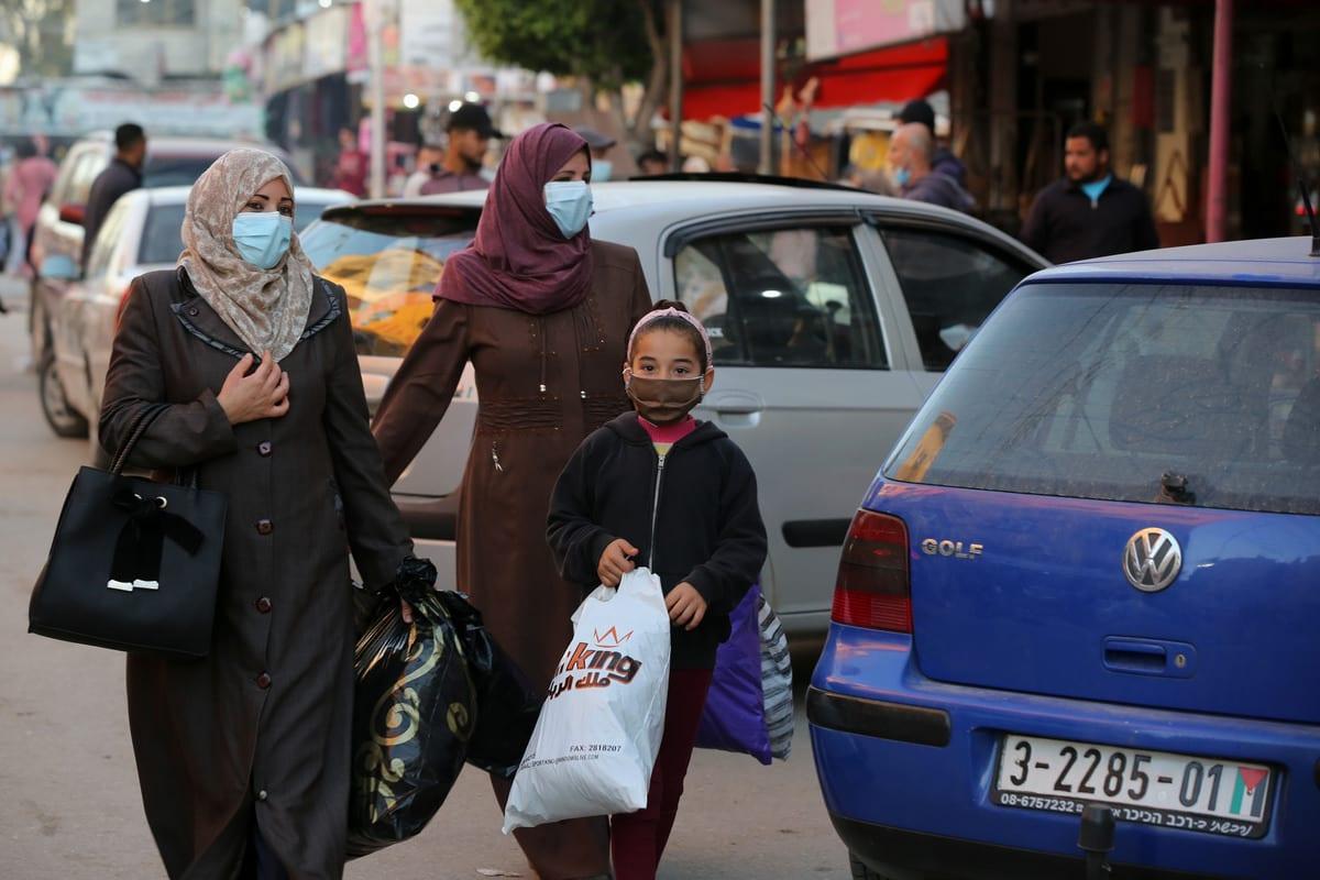 shoppers wearing face masks to stem the spread of coronavirus (Covid-19) pandemic in Gaza on 10 December 2020 [Ashraf Amra/Anadolu Agency]