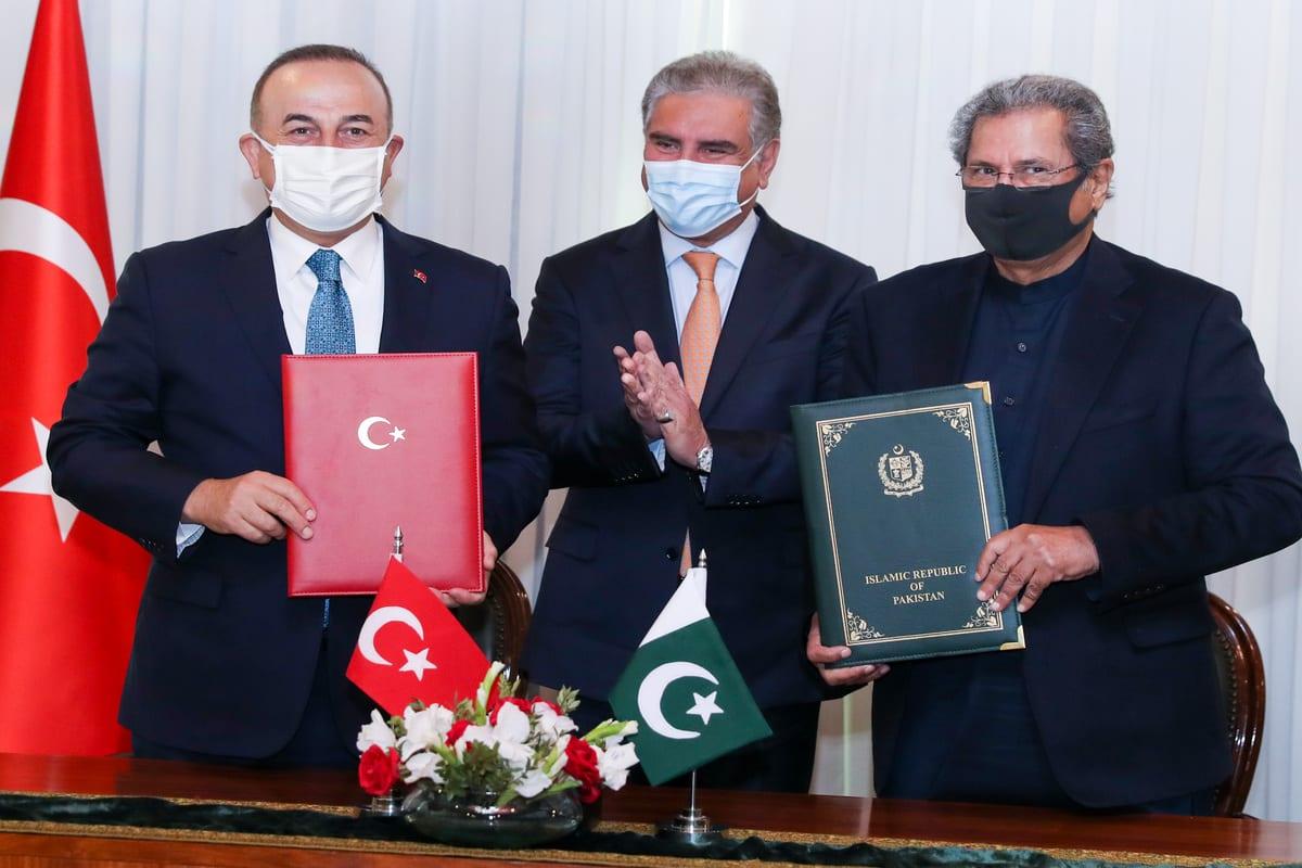 Turkish Foreign Minister Mevlut Cavusoglu (L), Pakistani Foreign Minister Shah Mahmood Qureshi (C) in Islamabad, Pakistan on January 13, 2021 [Cem Özdel/Anadolu Agency]
