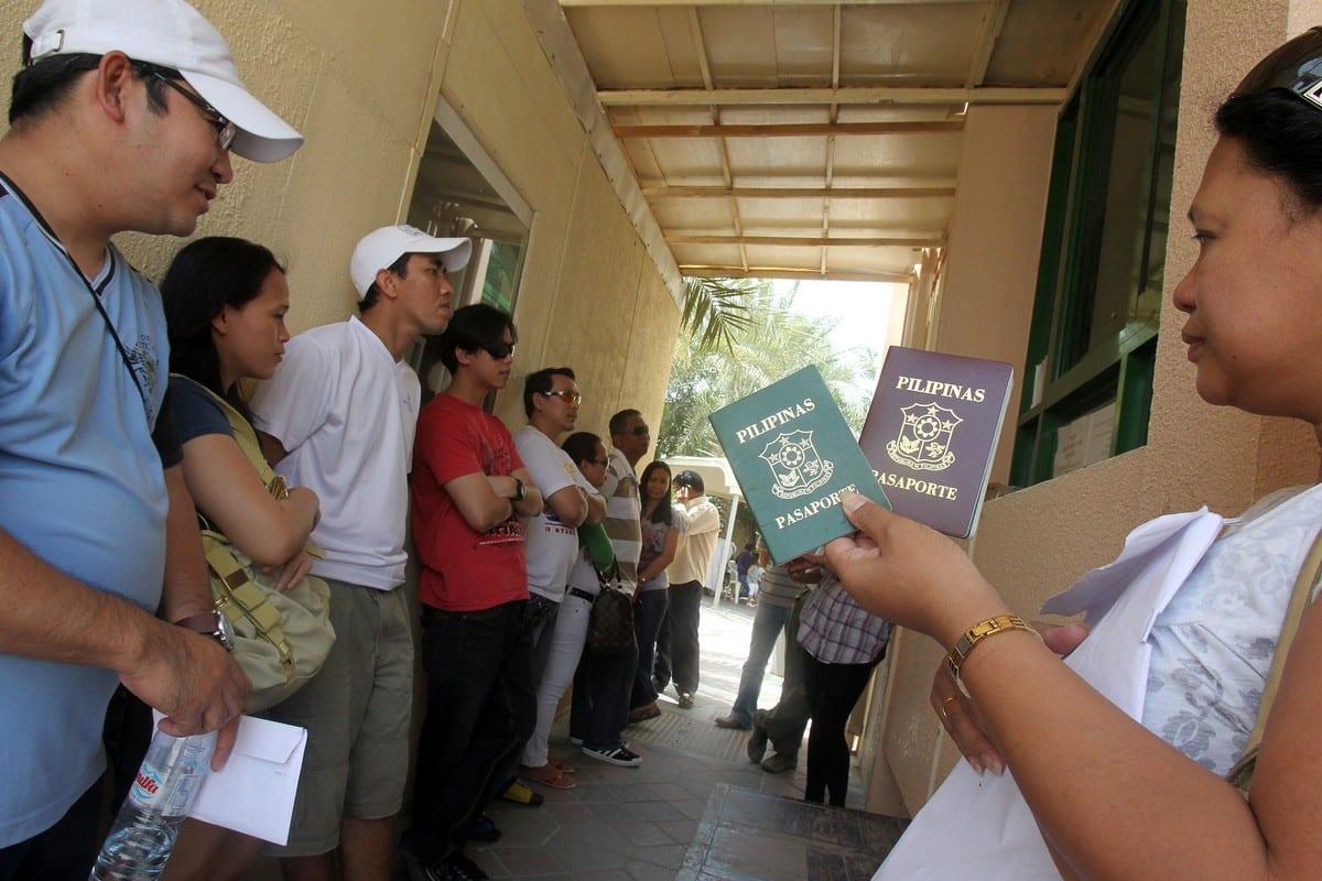 Filipinos in Dubai, UK on 12 April 2010 [KARIM SAHIB/AFP/Getty Images]