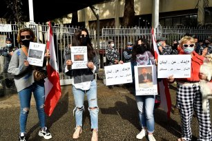 A group of protester gather in front of Justice Palace during a protest against murder of Lebanese anti-Hezbollah activist Luqman Salim in Beirut, Lebanon on February 04, 2021 [Houssam Shbaro / Anadolu Agency]