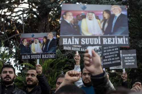 People chant slogans and hold posters in protest of Saudi Arabia's actions in Yemen during a protest outside the Saudi Arabian consulate on November 11, 2018 in Istanbul, Turkey [Chris McGrath/Getty Images]