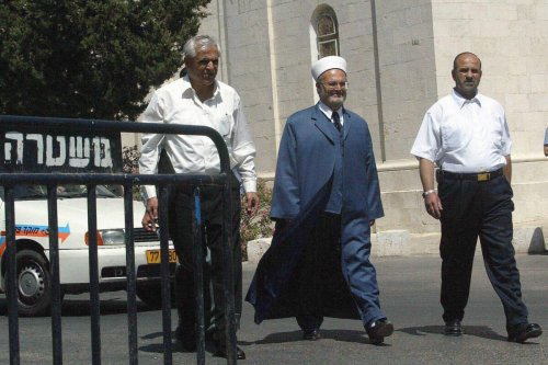 Palestinian Mufti of Jerusalem Sheikh Ekrima Sabri (C) arrives at a Jerusalem police station to be interrogated 17 June 2003 [ATTA OWEISAT/AFP via Getty Images]