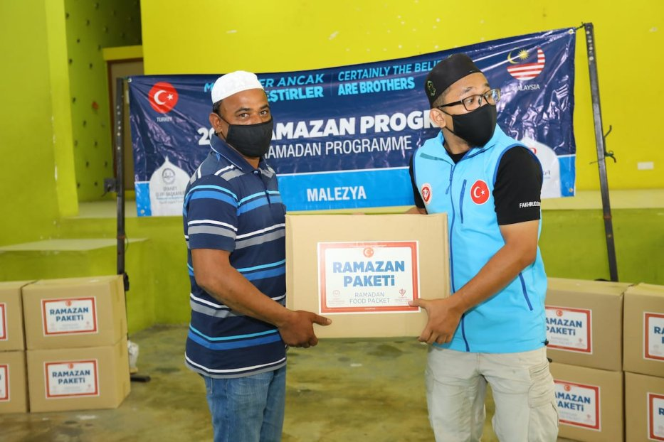 Turkish Non-Goverment Organization based in Malaysia, Turkiye Diyanet Vakfi (TDV) and Malaysian Consultative Council of Islamic Organisation (MAPIM) is delivering food donations for 130 Rohingya refugees in Selangor, Malaysia on 18 April 2021. [Farid Bin Tajuddin - Anadolu Agency]