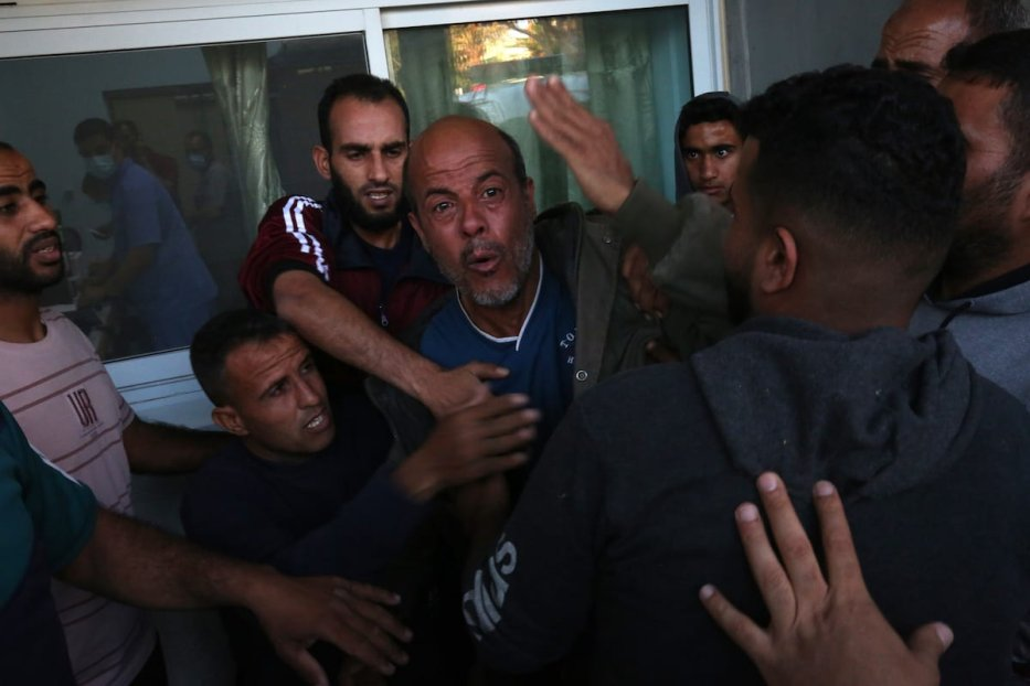 A Palestinian father screams after losing his two kids during Israeli fighter jets' airstrike in Rafah, Gaza on 13 May 2021. [Abed Rahim Khatib - Anadolu Agency ]