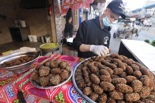 Gaza traders prepare Ramadan staples, hummus and falafel [Mohammed Asad/Middle East Monitor]