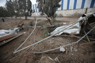 Israel targets an ice-making plant south of Gaza City [Mohammed Asad/Middle East Monitor]