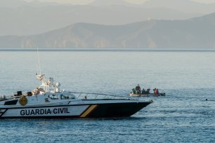 Spanish Civil Guard works to retain migrants who arrive swimming in Ceuta on 19 May 2021 [Diego Radames/Anadolu Agency]