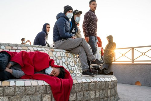 Moroccans migrants rest after arriving in Ceuta on 19 May 2021 [Diego Radames/Anadolu Agency]