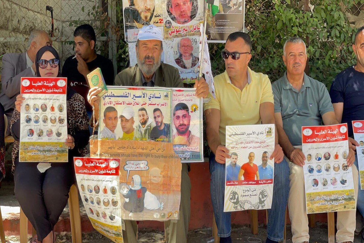 People gather in front of the International Committee of the Red Cross building to stage a demonstration in support of Palestinian prisoners in Israeli jails in Ramallah, West Bank on 27 July 2021. [İssam Rimawi - Anadolu Agency]