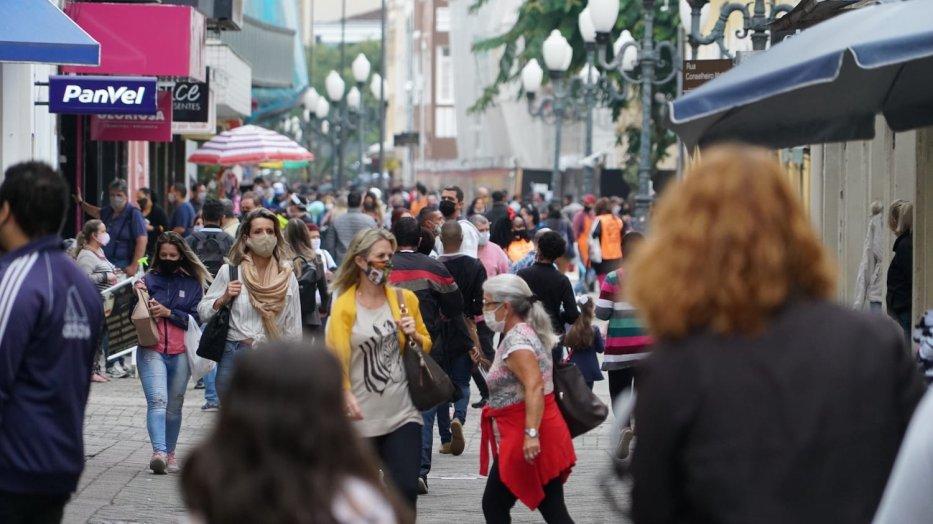 Brazilians go about their everyday lives [Eman Abusidu/MEMO]