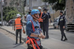 The United Nations Mine Action Service (UNMAS) extracted an American-made Israeli missile that was dropped on a five-storey apartment building during the occupation state's latest war on Gaza, on 26 August 2021 [Mohammed Asad/Middle East Monitor]