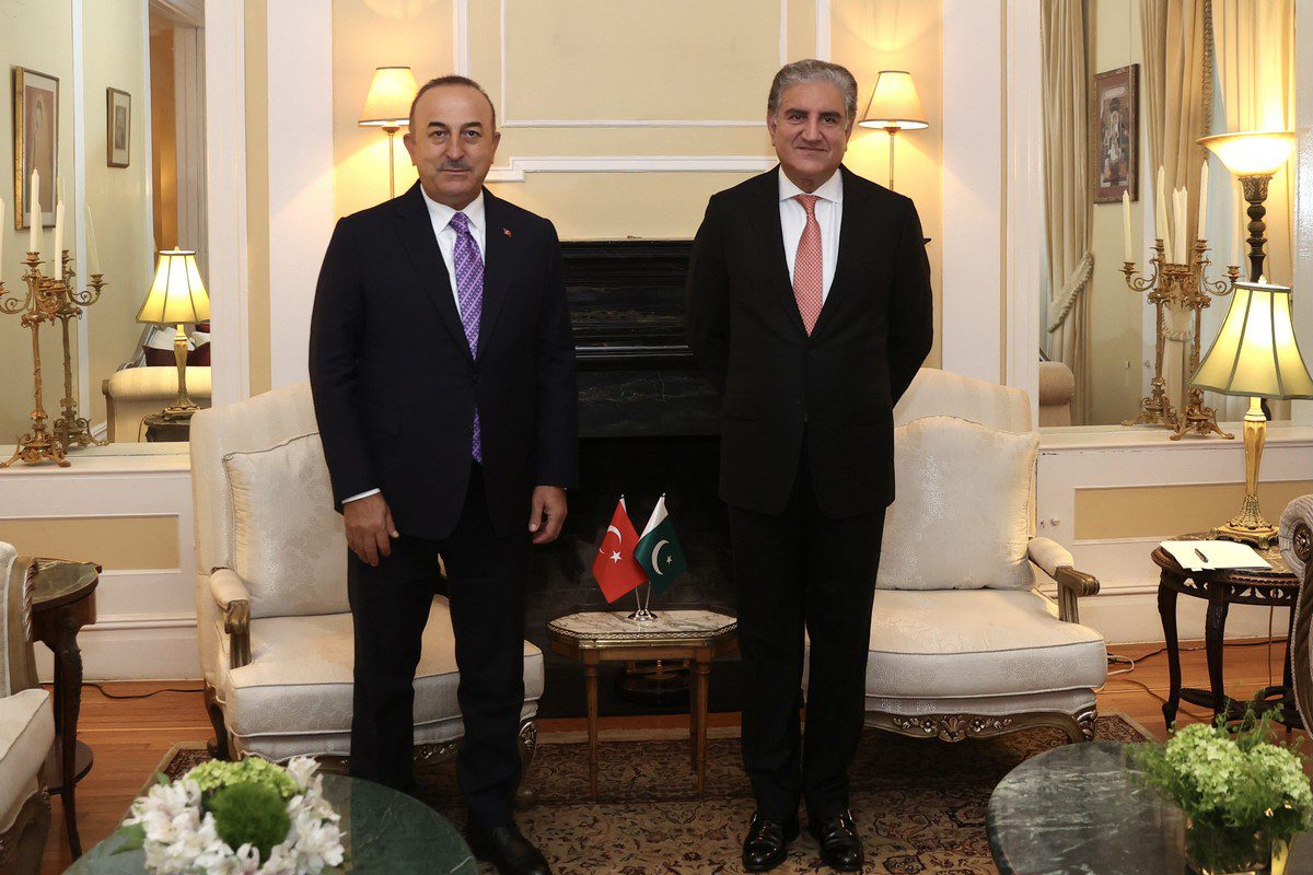 Turkish Foreign Minister Mevlut Cavusoglu (L) meets Pakistani Foreign Minister Shah Mahmood Qureshi (R) in New York, United States on 23 September 2021 [Fatih Aktaş/Anadolu Agency]