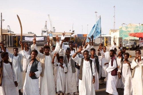 Sudanese protesters gather outside the main entrance to the southern port in Port Sudan on 20 September 2021 [IBRAHIM ISHAQ/AFP/Getty Images]