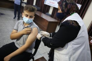 A student receives he COVID-19 vaccine in Gaza, 1 September 2021 [Mohammed Asad/Middle East Monitor]