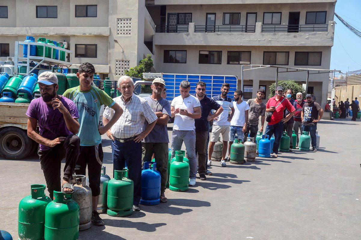 Residents queue outside a gas distribution station to fill gas cylinders in Beirut, Lebanon, on Tuesday, 24 Aug. 2021. [Hasan Shaaban/Bloomberg via Getty Images]