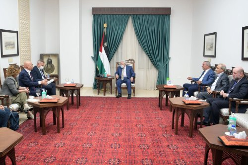 Palestinian President Mahmoud Abbas (C) meets Israeli Health Minister Nitzan Horowitz (3rd L) and Israeli Minister of Regional Cooperation, Issawi Frej (2nd L) at the presidential residence in Ramallah, West Bank on 4 October 2021 [Palestinian Presidency /Anadolu Agency]
