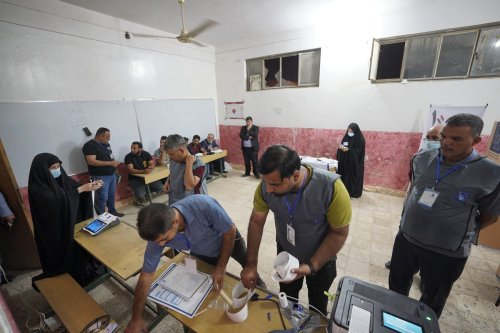 """Poling clerks start to count votes after """"special voting"""" for security forces, displaced people and prisoners ended two days before the rest of the nation votes in parliamentary elections in Baghdad, Iraq on October 08, 2021 [Murtadha Al-Sudani / Anadolu Agency]"""