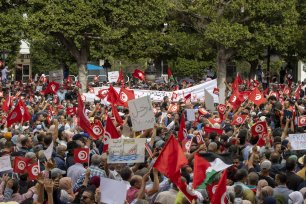 """Protestors gather at Avenue Habib Bourguiba to protest against Tunisian President Kais Saied's """"extraordinary decisions"""" amid a heavy security presence in Tunis, Tunisia on October 10, 2021 [Nacer Talel / Anadolu Agency]"""