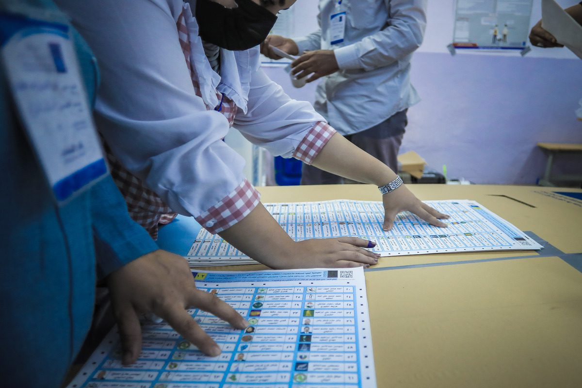 Election commission officials begin to count ballots at a polling station after the Iraqi early general elections end in Baghdad, Iraq on 10 October 2021. [Ayman Yaqoob - Anadolu Agency]