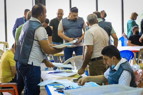 Election commission officials count the ballots after the elections in Baghdad, Iraq on 14 October 2021 [Murtadha Al-Sudani/Anadolu Agency]