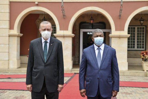 Turkish President Recep Tayyip Erdogan (L) is being welcomed by Angolan President Joao Manuel Goncalves Lourenco (R) in Luanda, Angola on October 18, 2021 [Doğukan Keskinkılıç/Anadolu Agency]