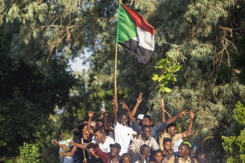 Sudanese protesters take part in a sit-in demanding the government dissolution over poor living conditions, outside the presidential palace in the Sudanese capital Khartoum on 18 October 2021. [Mahmoud Hjaj - Anadolu Agency]
