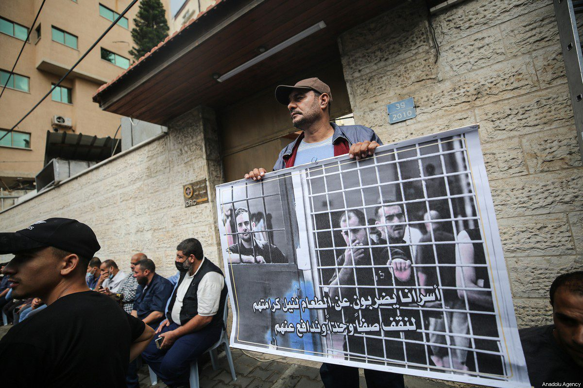 Gazans gather in front of the International Committee of the Red Cross building to stage a demonstration in support of Palestinian prisoners in Israeli jails in Gaza City, Gaza on October 20, 2021 [Mustafa Hassona / Anadolu Agency]