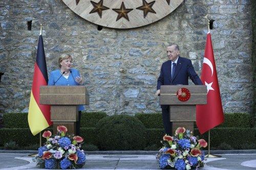Turkish President Recep Tayyip Erdogan (R) and German Chancellor Angela Merkel (L) in Istanbul, Turkey on 16 October 2021 [Serhat Çağdaş/Anadolu Agency]