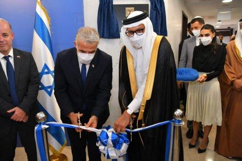 Israeli Foreign Minister Yair Lapid opens the Israeli embassy in Bahrain, on 30 Sep 2021 [yairlapid/Twitter]