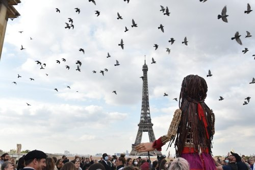 Thumbnail - Giant refugee puppet 'Amal' reaches Paris en route to UK