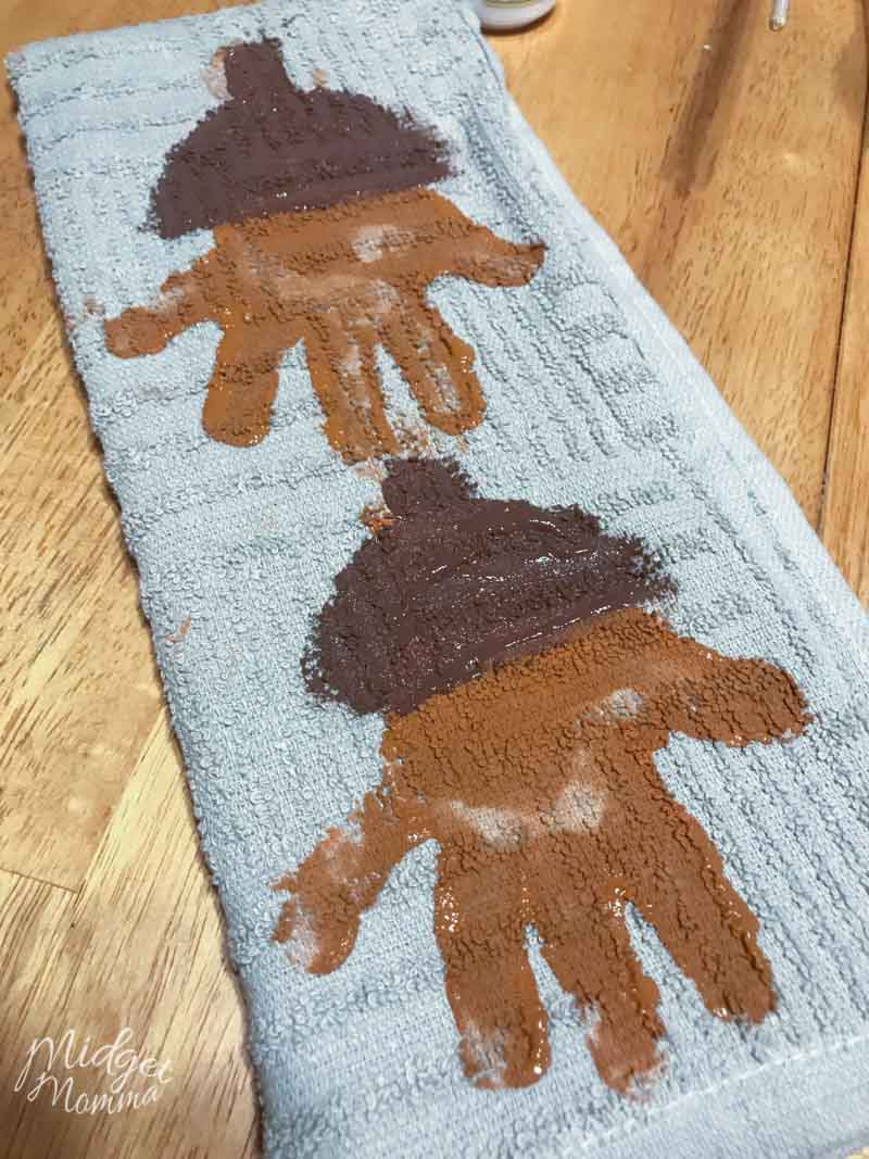 This Acorn Handprint Towel craft is perfect for all kids. Using kids hands, paint, and a kitchen towel you can make these awesome and adorable keepsake hand towels. #HandprintCrafts FallCraft #AcornCraft #KidsCraft