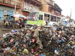 Des ordures gênant la circulation à Manarintsoa Isotry.