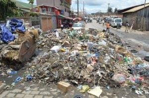 A Antohomadinika, les ordures ont pris place jusqu'à la moitié de la chaussée. (Photo Nary)