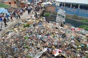 Les ordures de Bekiraro ne laissant qu'une seule voie à la circulation automobile.