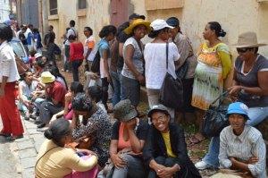 En attendant la réception de leur argent, les maîtres Fram se réunissent toujours devant la DREN Analamanga.